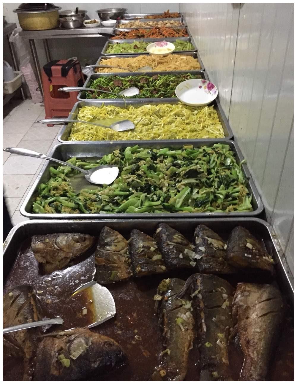 富二代来我们公司体验生活,看到食堂里的大锅菜,拧头就走