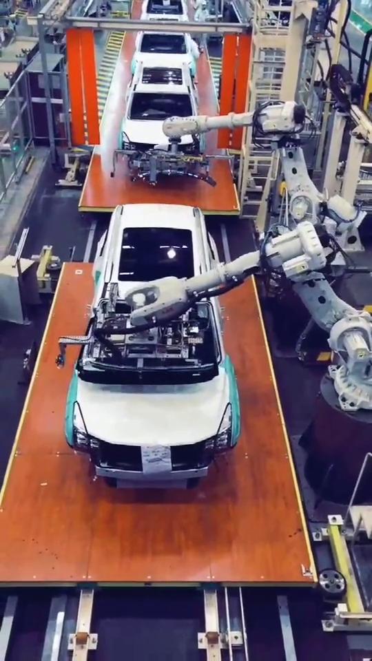 机械自动化工厂汽车组装流水线,机器人效率太快了