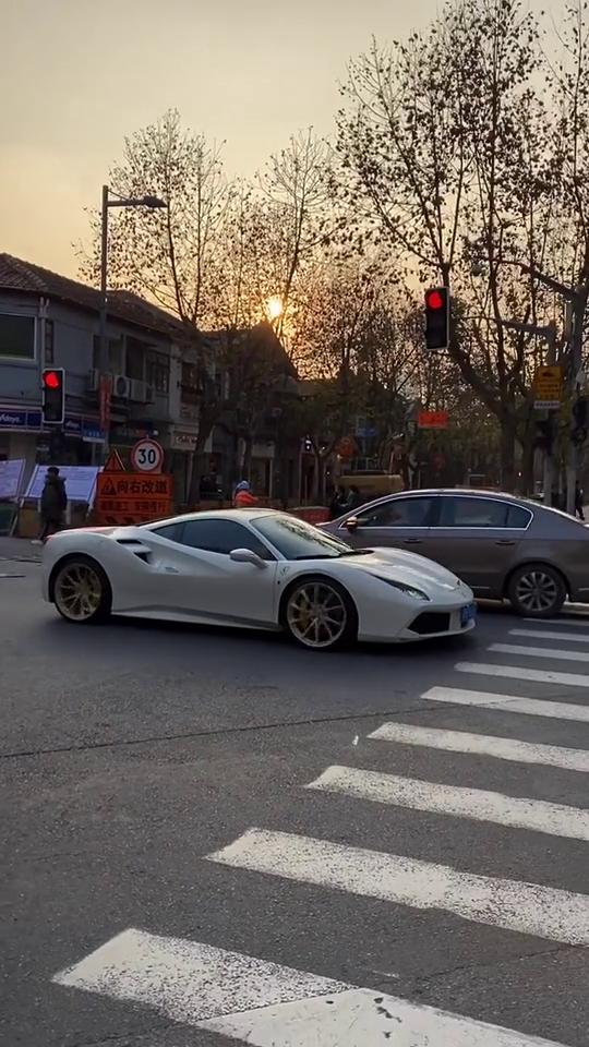 白马王子优雅逛街,太喜欢了,这车真的很好看