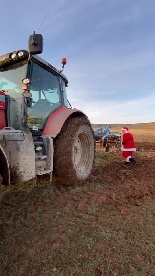开拖拉机的圣诞老人,估计以后都会开拖拉机去送礼物了