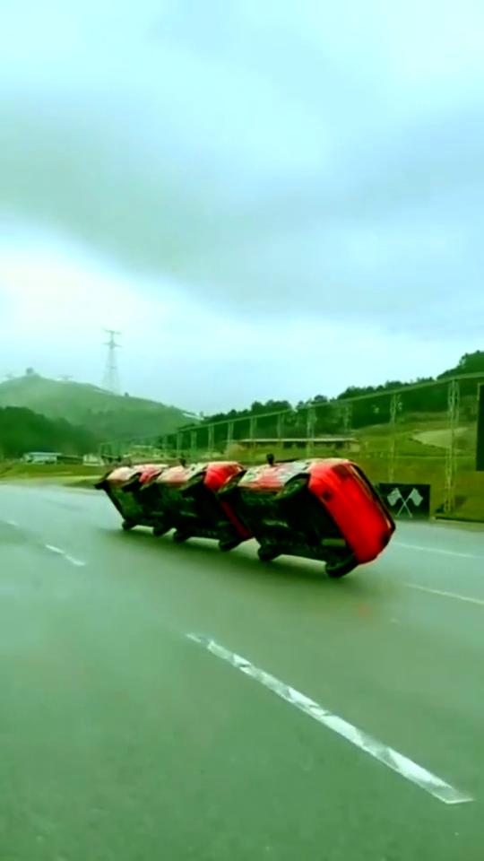 三辆车斜着行驶,速度又快又稳,这车技无人能比