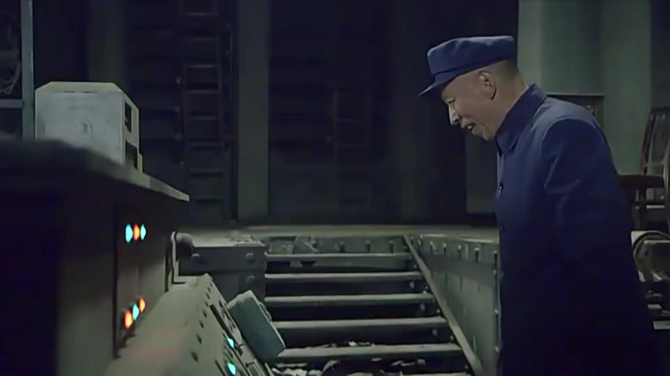 特务老头准备启动炸弹还好小伙及时赶到把特务给一枪击毙