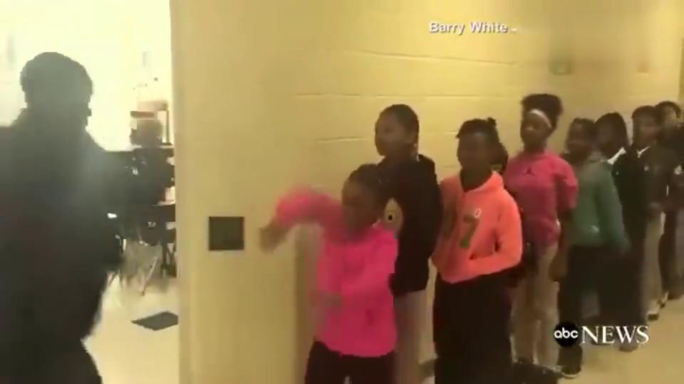 体育老师与学生打招呼动作秒杀詹姆斯骑士队,我可能上了假学校