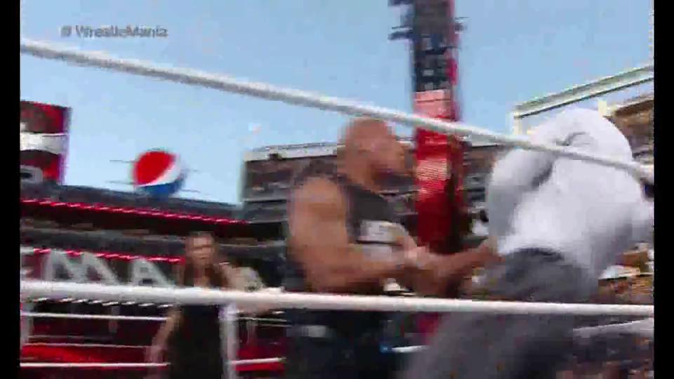WWE:HHH夫妇1V2遭强森狂虐,被隆达逼出擂台!