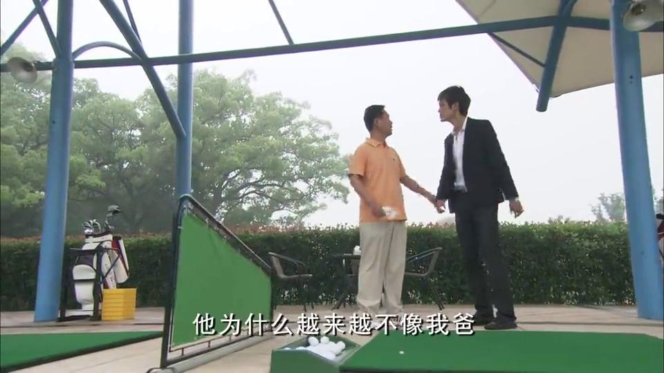 唐父的心腹宝叔追上唐明朗,他劝唐明朗要理解他父亲