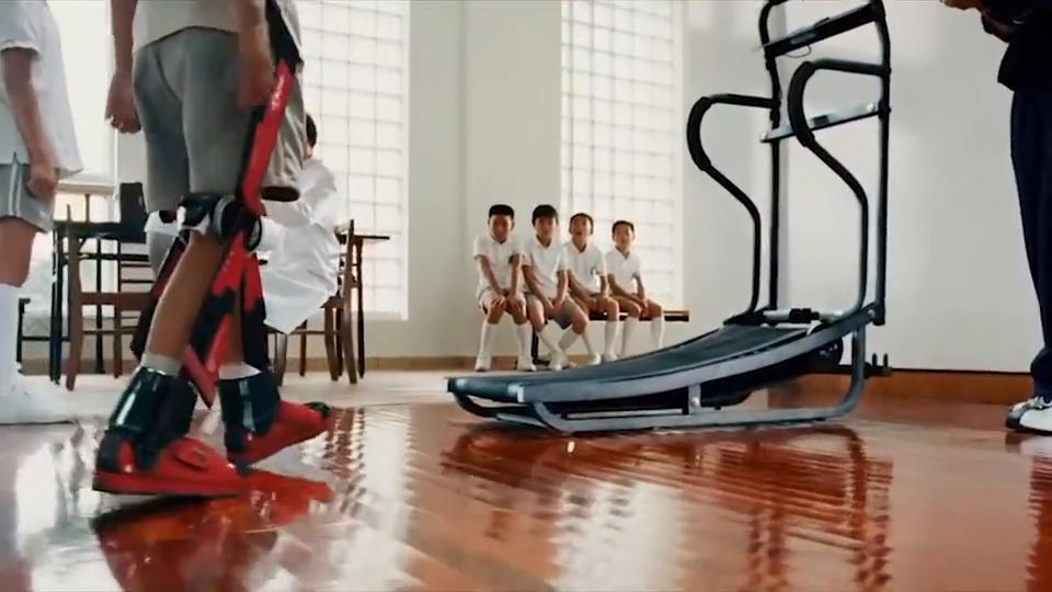 这双运动鞋的科技成分太高了,小男孩穿上它,跑步机都用坏了!