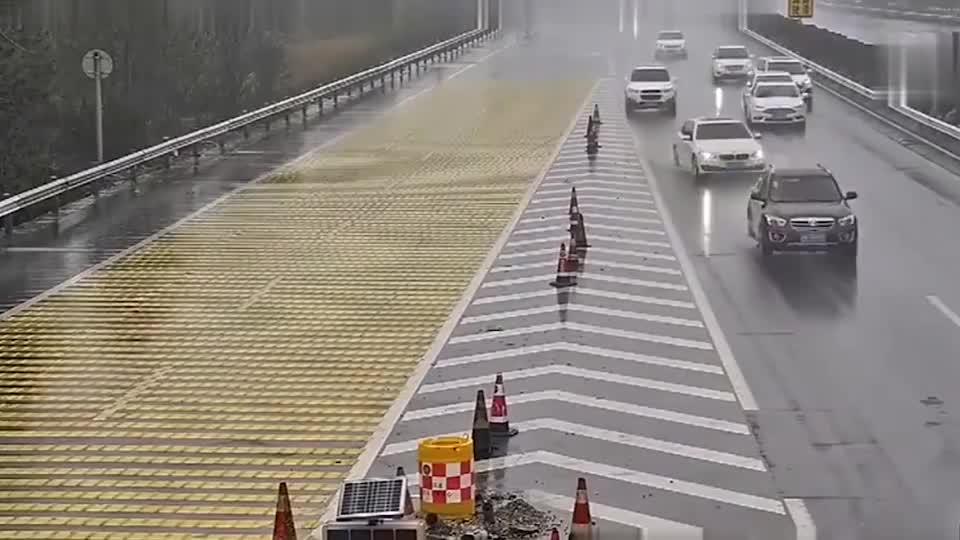 国外罕见的交通事故,汽车竟被潜水艇给撞了,路人都不淡定了