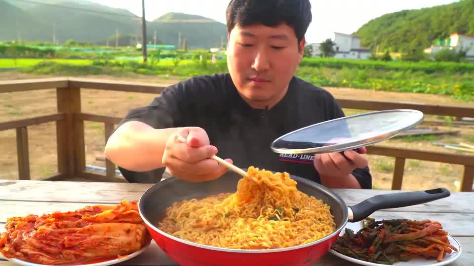 韩国农村小伙,吃一大锅红烧牛肉面,用锅盖盛着吃真过瘾