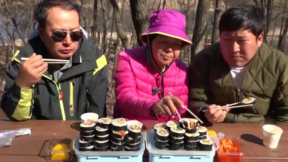 韩国农村小伙,和爸妈一起踏春,吃寿司真幸福