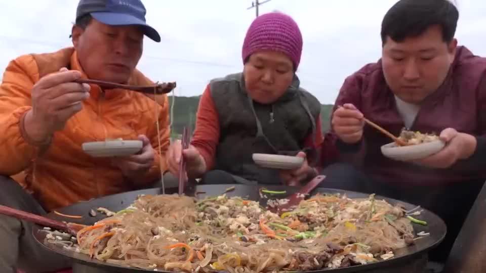 韩国农村小伙,吃萝卜炖粉条,一家人吃一大锅真解馋