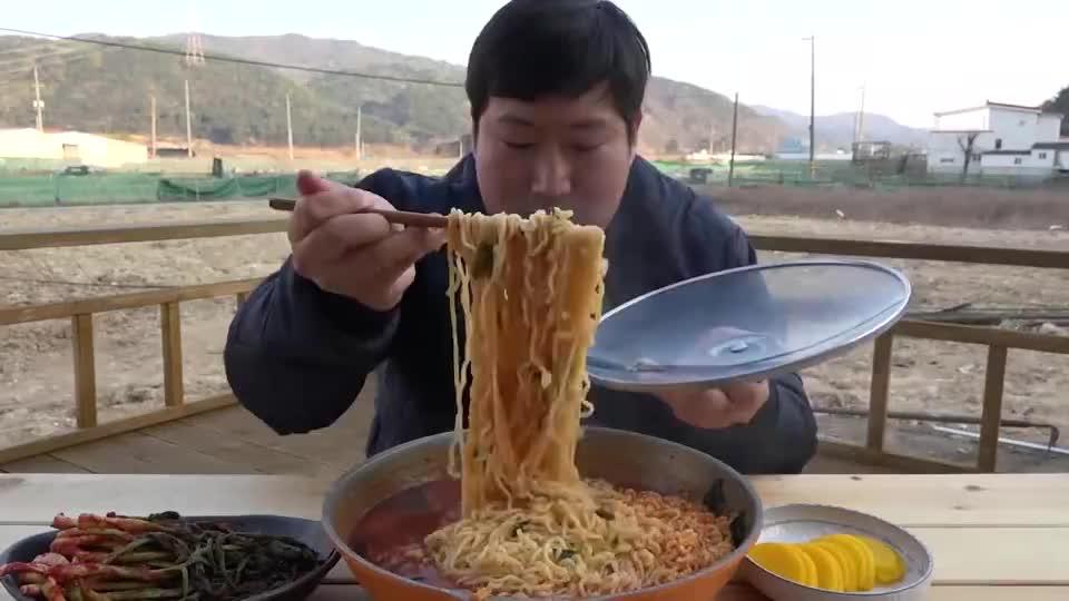 韩国农村小伙,吃麻辣牛肉泡面,这么大一盆能吃完吗