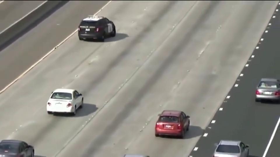 实拍:高速公路上警察妖娆秀S型,实力压制,谁敢超车!