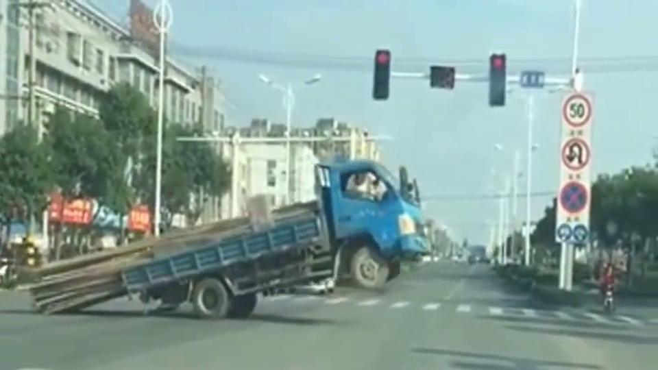 车子:我想拐个弯,钢管:不,你不想