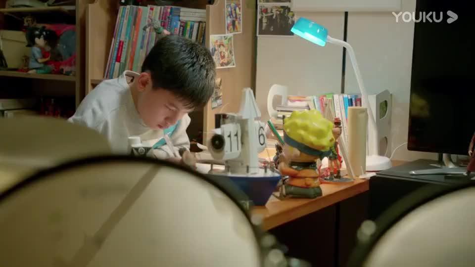 小宇在家里学习皮皮一直在哭闹学习都被打扰了