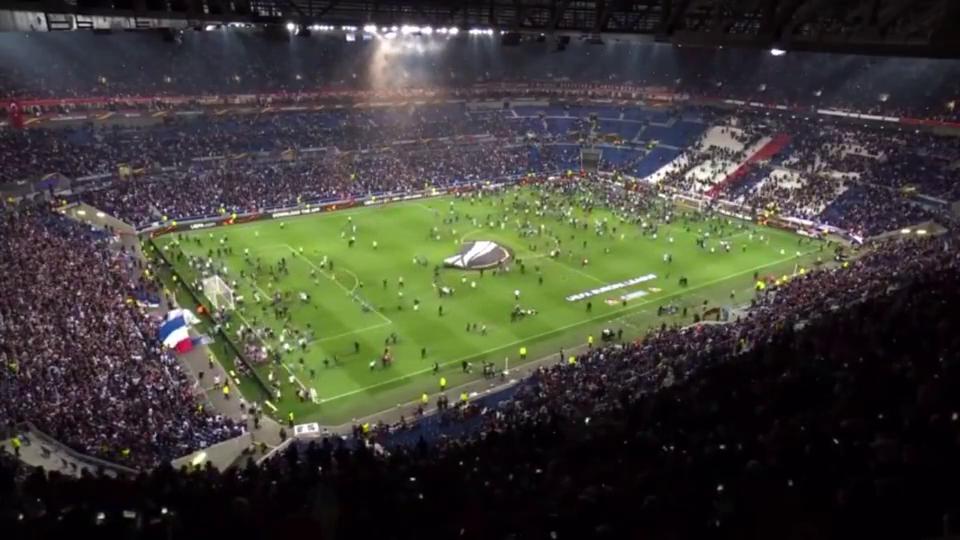 欧联杯赛球迷暴乱事件大量球迷涌进球场,现场一片混乱