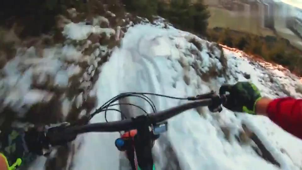日落雪下坡山地自行车步道4K