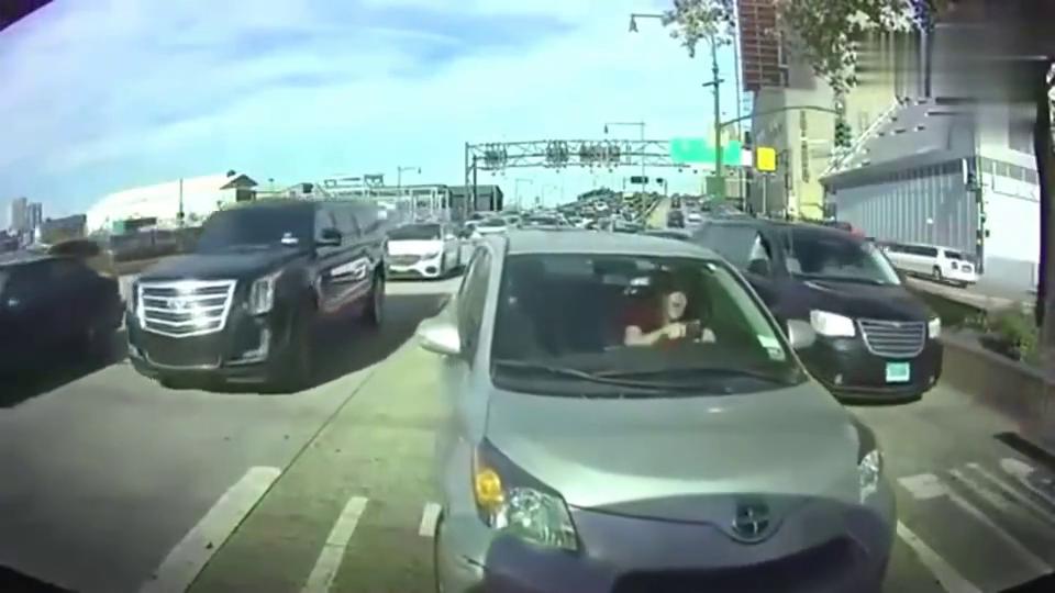 这个女司机看起来要火了,行车记录仪拍下她驾车的表演
