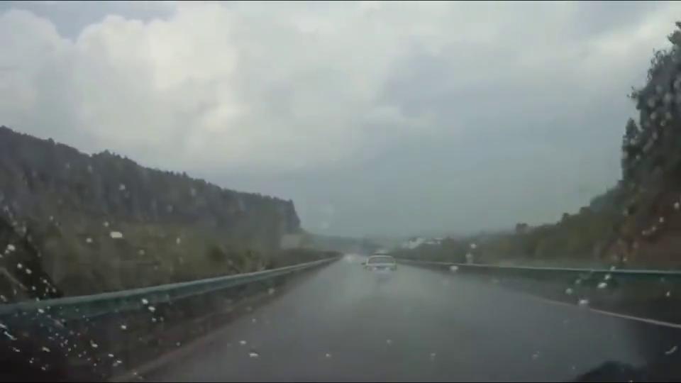 行车记录仪:雨天的高速太危险,前车还一路狂飙,接下来就出事了