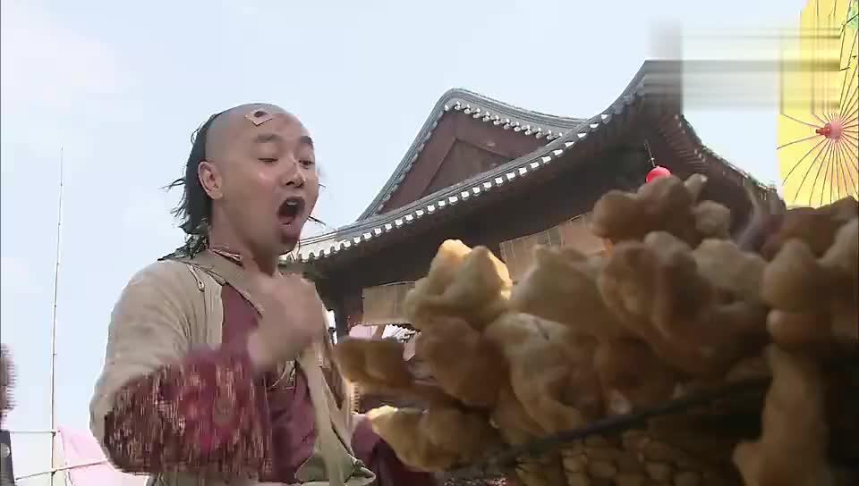 炸油条太费油乞丐有祖传不费油的方法刘仪伟这段表演太逗了