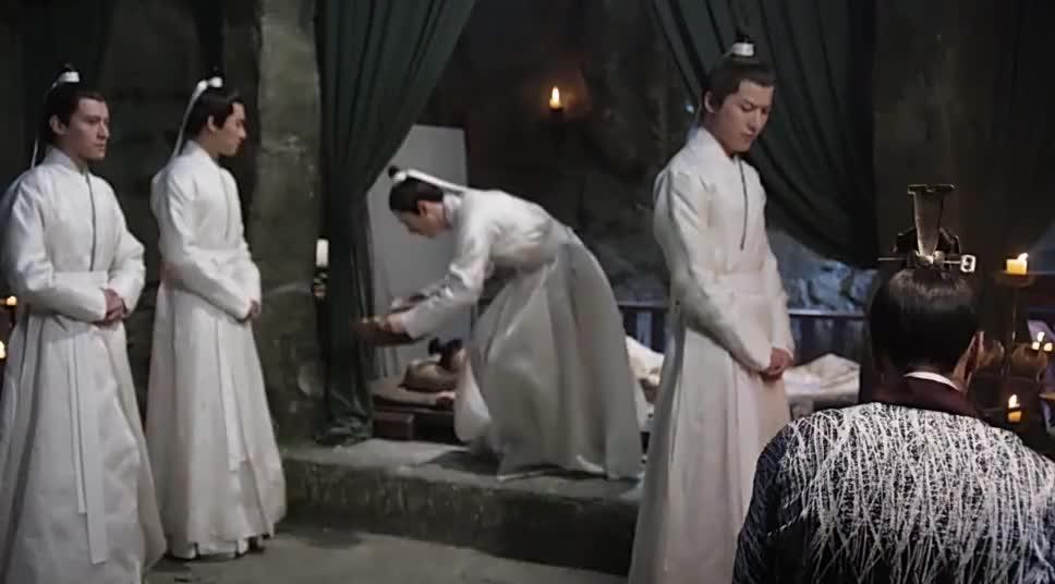 司音昏迷她握着墨渊的手叫师傅师傅就拍肩膀让爱徒入睡好温馨