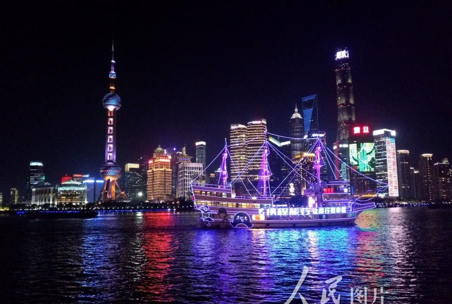 上海外滩流光溢彩美轮美奂