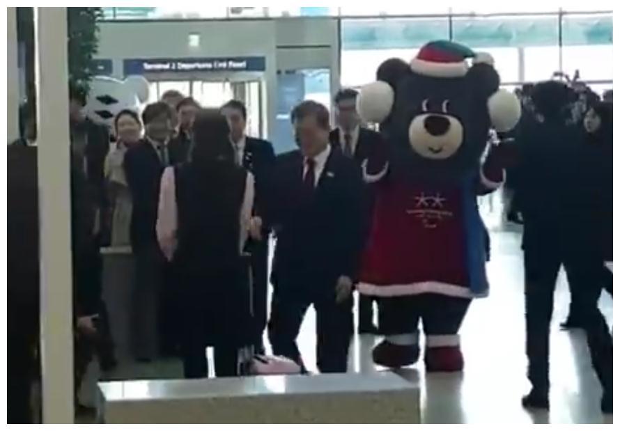 宋仲基低调参加今天仁川机场第二航站楼开张仪式,粉丝都没认出?
