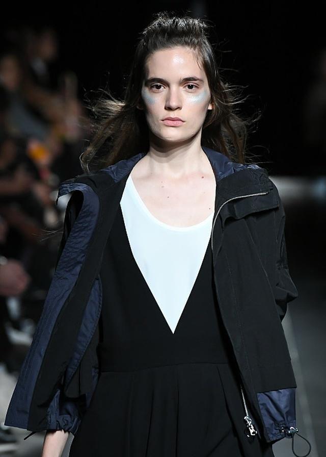 时装周:承接时尚开启潮流的衣服哪个强?还得看超模姐妹们耍花样