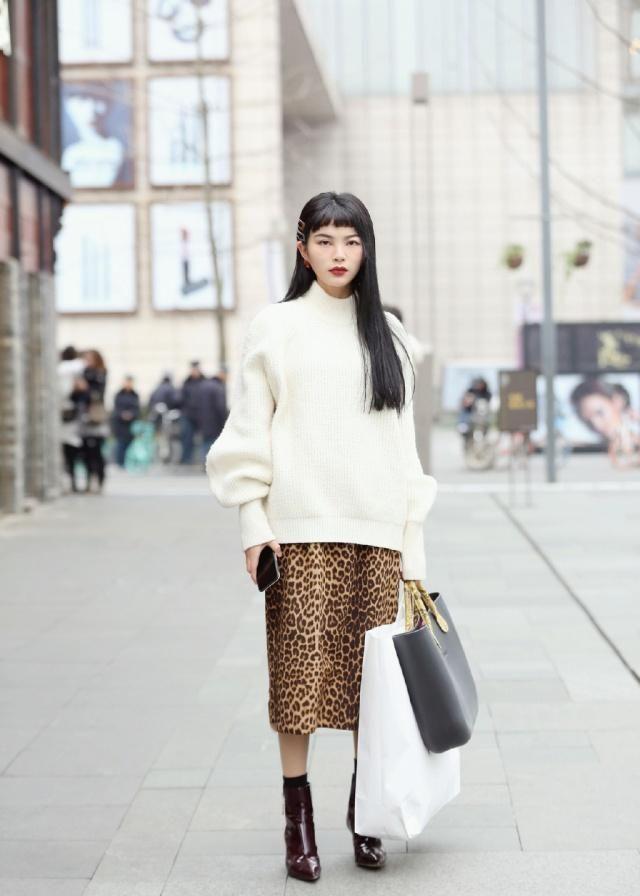街拍:印花连衣裙简约不失时尚的设计感,更显年轻活力气质与魅力