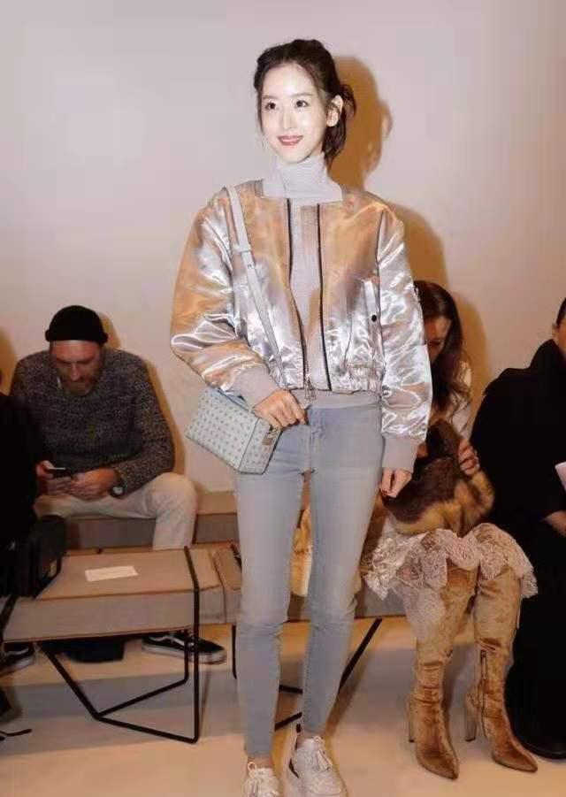 富豪老婆章泽天终于低调了,穿亮银色外套配小脚裤,甜美又清纯