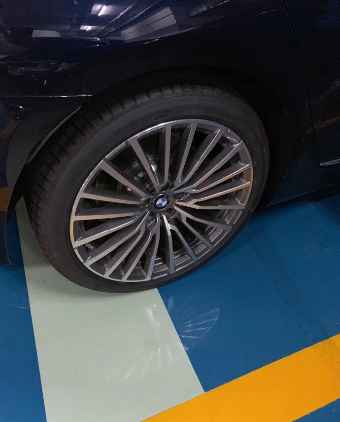 偶遇新一代宝马740LI,帝王蓝色车身搭配20寸轮毂,真霸气