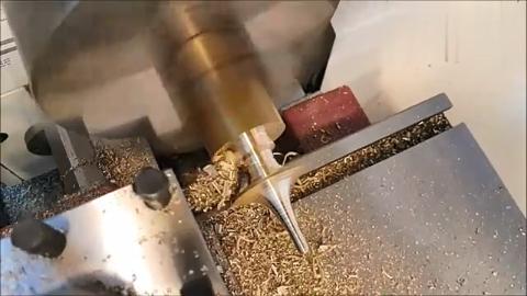 男子拿一段铜棒放车床上加工,你猜最后做成了什么