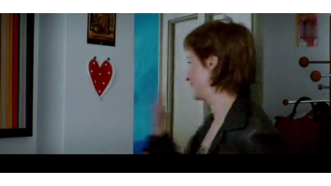 美女想要试镜,不料被男子拉入小屋里,男友惊呆了