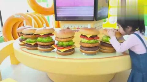 小女孩在零食游乐园里看到了好多超大的零食模型好开心