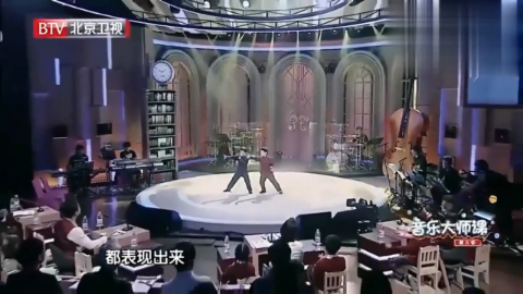 徐小明与杨钰莹,现场合唱粤语版的《万里长城永不倒》,太好