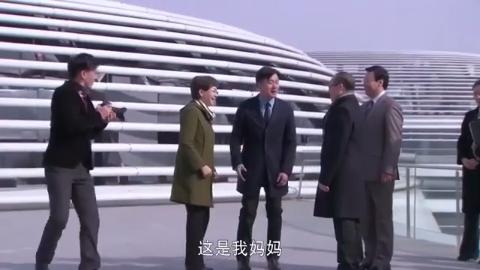 离开北京前,儿子如愿带母亲跟地产大亨潘石屹合影,梦想成真!