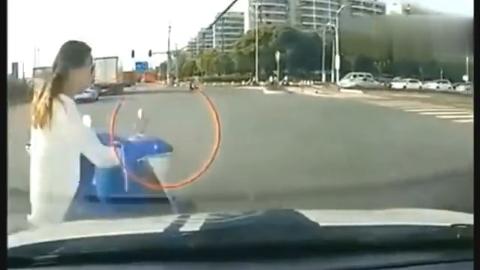 电动车女子在马路上横冲直撞,下一秒报应来得太及时了,悲剧了
