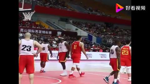 中国男篮易建联复出就上演霸气的一扣直接把对方打懵