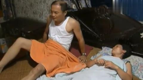 老总乱来不幸感染艾滋,回到家不敢碰老婆,只能躲到客厅去睡觉!