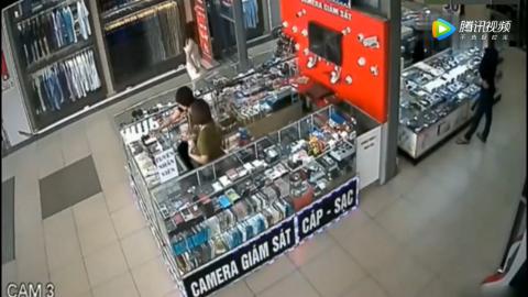 白裙女孩进店买手机店员都去招呼她了丝毫没注意到身后的不对劲