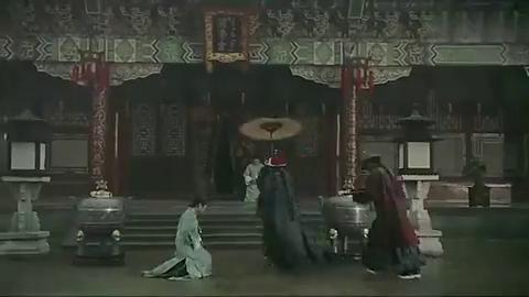 璎珞遭心机女欺负,皇上冒雨来相救,差一秒就玩完