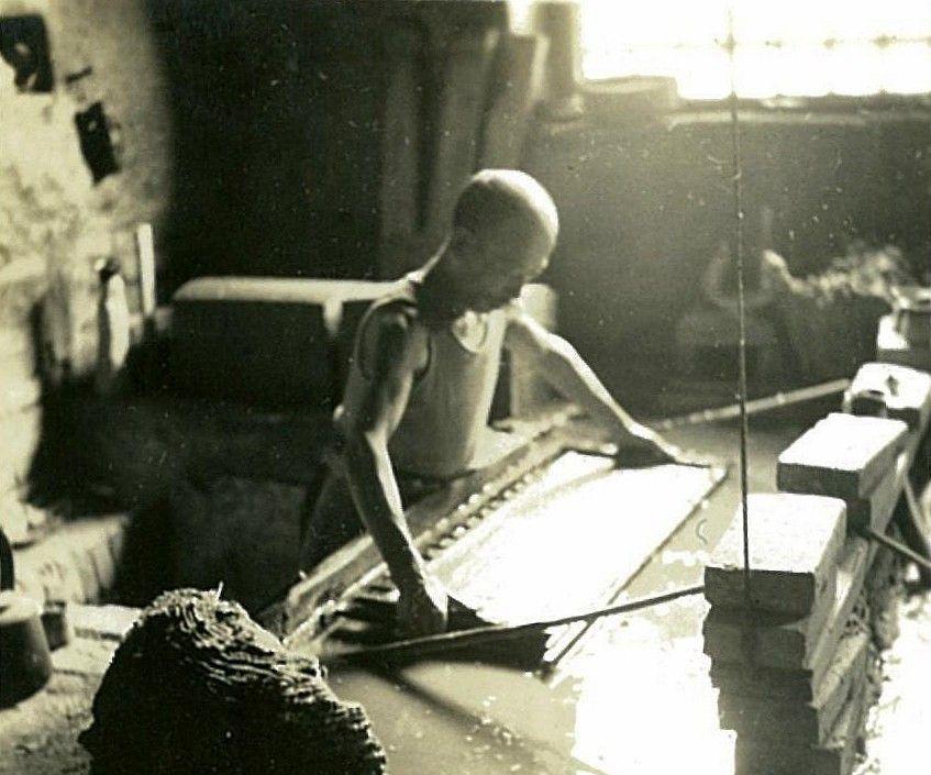 老照片:1940年河北省怀来县新保安镇土法造纸