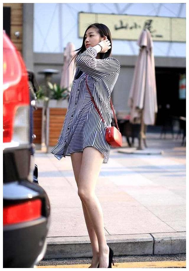 街拍:美女条纹衬衫性感,加上大长腿,眼睛都转不回来了