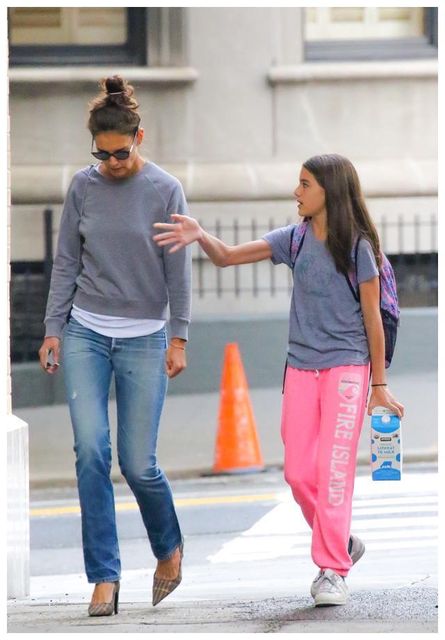 凯蒂·霍尔姆斯送女儿上学,身穿灰色运动衫牛仔裤,显优美身段