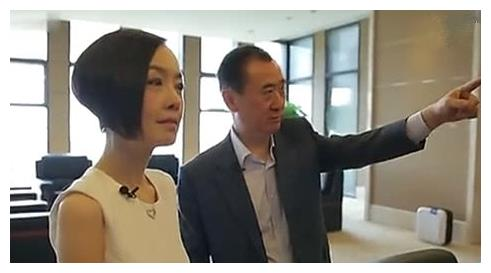王健林讲述往日收藏,可有谁看到办公桌上的照片?打脸半个娱乐圈