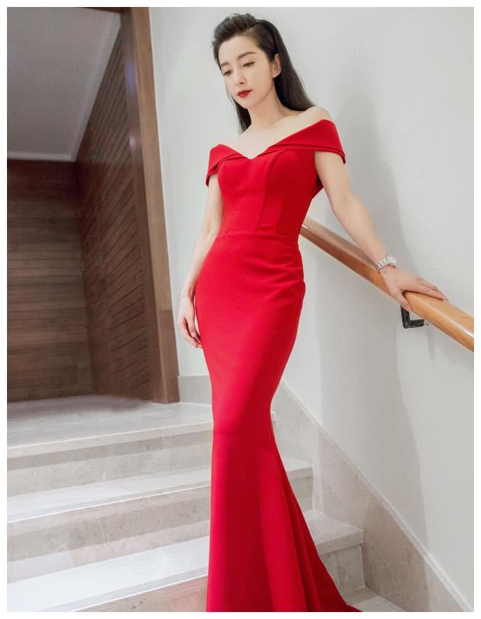 李冰冰出席某微商活动,穿大红裙十分霸气,仍然是大明星的样子