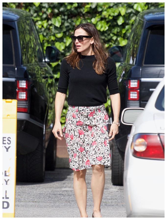 时尚扫街·美国影星詹妮弗·加纳,墨镜黑衫碎花裙出门家人同行
