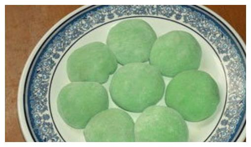 不喜欢艾草做成的糍粑,不妨用绿茶粉做吧,颜色漂亮,美味可口