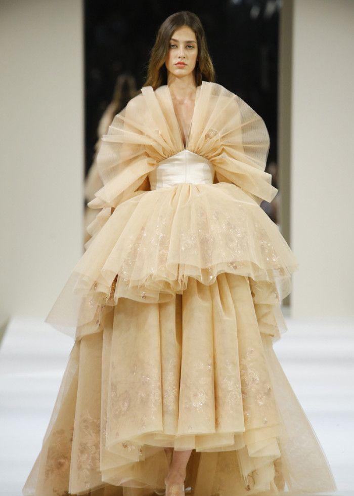时装:模特妩媚妖娆,穿搭体现时尚内涵,展现对潮流目标的追求