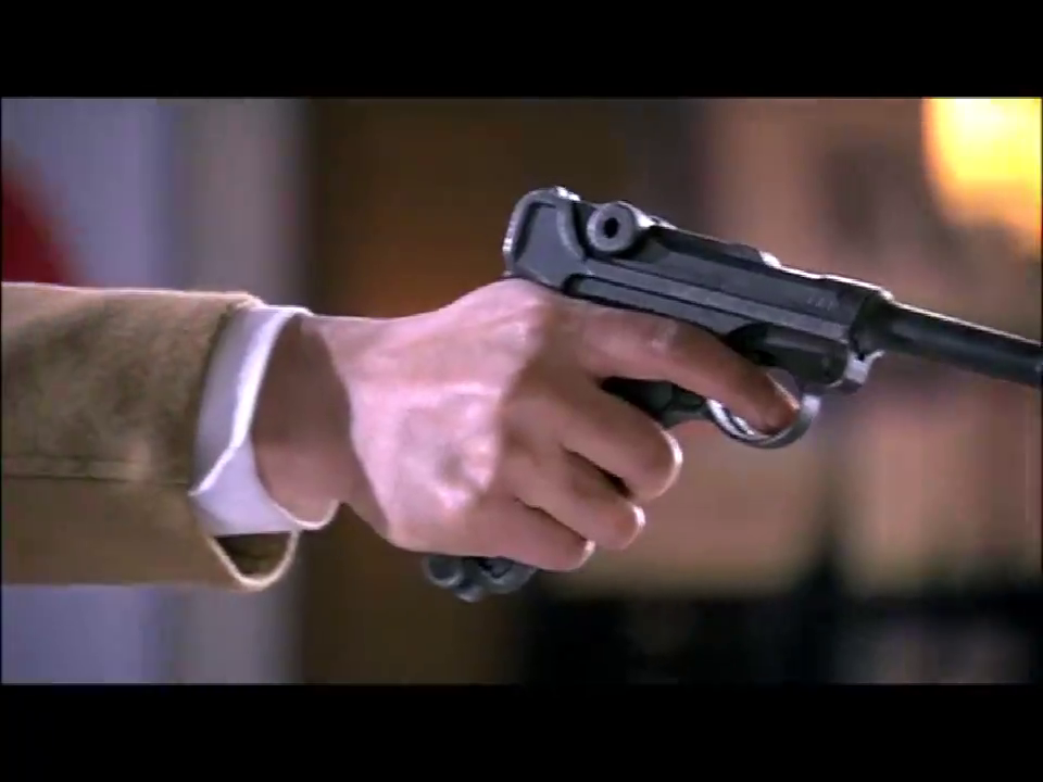 长官拿枪指着美女,美女都被吓坏了,结局太意外了