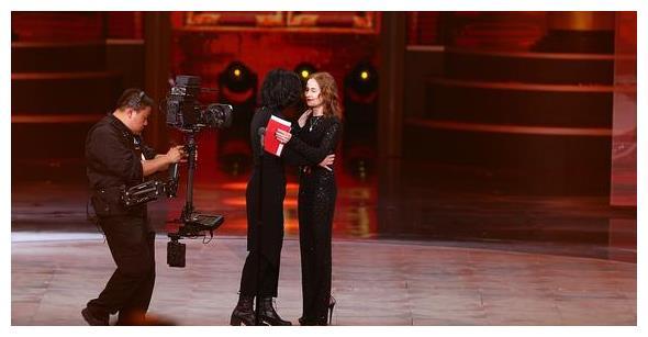 国际电影节,伊莎贝尔·于佩尔颁发天坛奖最佳女主角